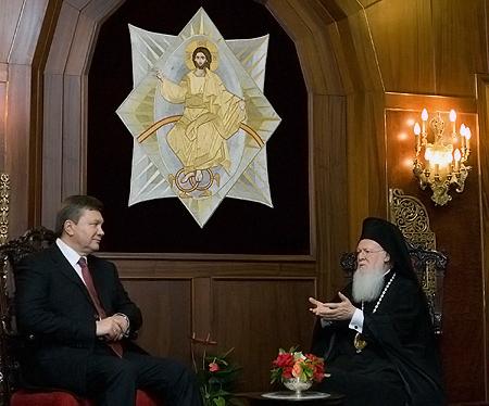 Патриарх Варфоломей признался президенту, что молится за объединение украинских церквей.