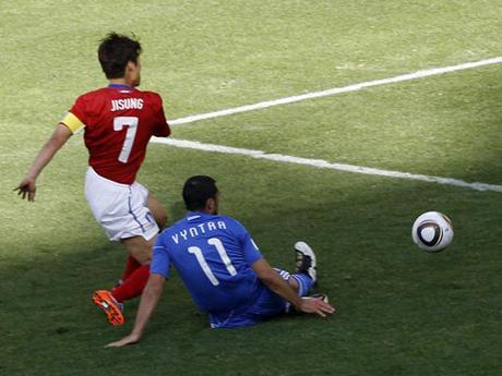 Капитан сборной Южной Кореи Пак Джи Сун забивает победный гол. Фото с сайта СС