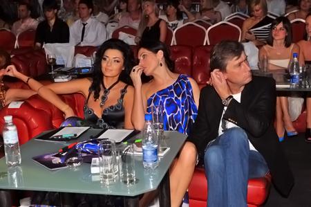 Диана Дорожкина и Влада Литовченко из-за жары надели открытые платья.