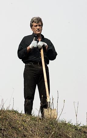 Экс-президент говорит, что счастливым его делает «работа на земле».