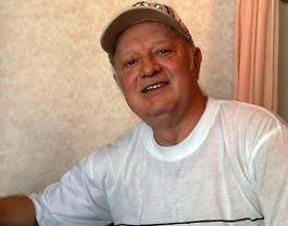 Руководитель ансамбля и автор песенки 68-летний Александр Мирошниченко.