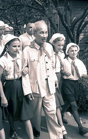 В 1957 году с ребятами общался лидер Компартии Вьетнама Хо Ши Мин.