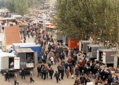 Торговля продтоварами с автомашин на площади перед рынком. 1998 г