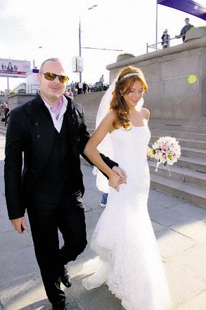 Наряды жениха и невесты выдержаны в классической черно-белой гамме. Платье Наталья заказывала у английского дизайнера.