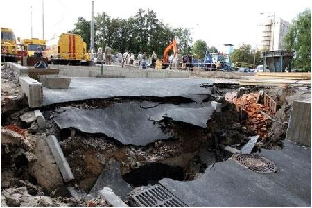 На проспекте 40-летия Октября провалился асфальт