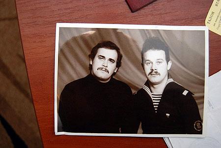 Братья Виктор (справа) и Володя и впрямь были очень похожи