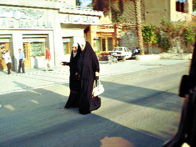 Местные женщины красоту прячут