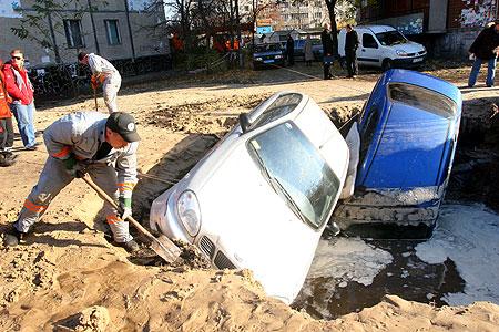 Чтобы уберечь свою машину от царапин, хозяин подложил матрац