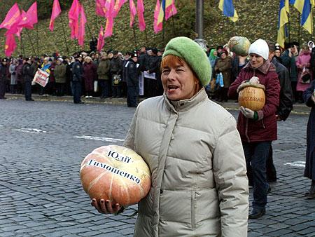 К зданию правительства люди принесли тыквы как символ протеста и нежелания дальше видеть в руках премьера бразды правления страной
