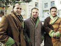 На снимке (слева направо) - выжившие члены экипажа атомохода: Александр Дерин, Денис Кашеваров, Сергей Аньшаков