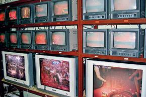 На экранах мониторки можно увидеть любую часть казино. А если нужно, то и просмотреть запись.