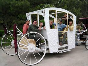 Люди с удовольствием катаются на современных «старинных машинах».