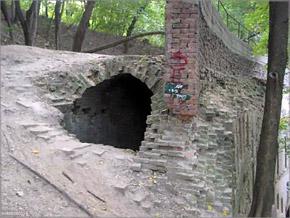 Через этот провал возле Зеленого театра можно попасть в подземные лабиринты, где часто пропадают люди.