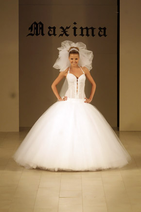 Незамужняя Инна Цимбалюк пока только примеряет на себя свадебные платья.