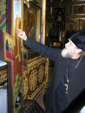 Протоиерей Николай Марковский показывает, откуда течет миро.