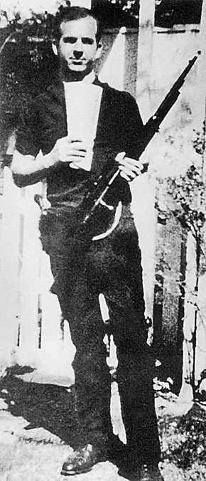 Ли Харви с винтовкой, из которой стрелял в президента.