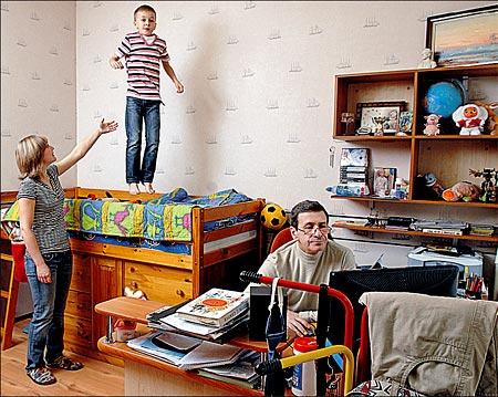 Борис Смолкин с женой и сыном в своей питерской квартире. Без домработницы здесь все кувырком. Фото PHOTOXPRESS.