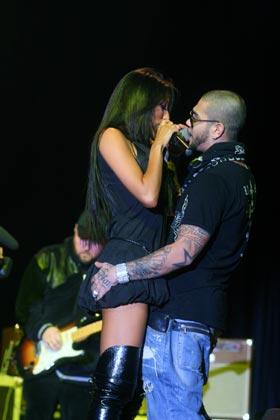 После долгого сексуального воздержания артист «оторвался» на сцене по полной.
