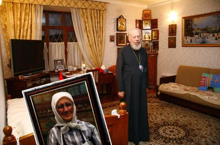 Келью глава УПЦ украсил портретами своей матери.