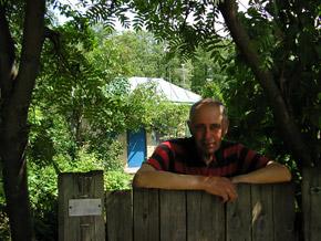 Сейчас в доме Носовых живет пенсионер Виталий Шосенко.