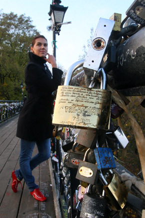 На Мосту влюбленных: - Когда-то мы целовались здесь с Лешей.