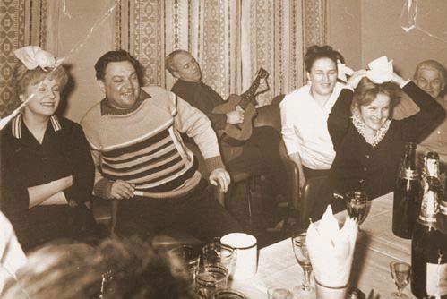 Нонна Мордюкова (на снимке третья справа) на дружеской пирушке с коллегами-актерами. Крайняя слева - актриса Алла Ларионова, с гитарой - Николай Рыбников. 1975 г.