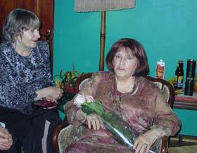Последние 10 лет Наталья Викторовна (слева) всегда была рядом с сестрой и великой актрисой. Ноябрь, 2007 г.