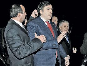 Cаакашвили (в центре) и Качиньский (справа) мужественно держались в кольце охраны подоб стрелом... которого не было.