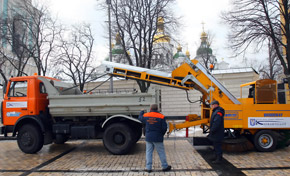 Чтобы показать машины в действии, водители прокатились по Софийской площади. Правда, убирать было нечего - снега-то нет…