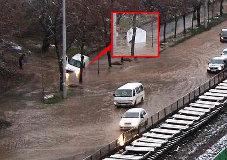 Авто нырнуло в «реку» на тротуаре.