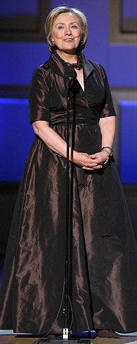Иногда Хиллари позволяет себе роскошные наряды от самых престижных кутюрье... Фото: АП