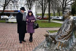 Яковченко и при жизни часто сидел на скамеечке в сквере.