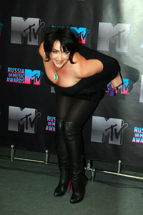 Позируя фотографам, Лолита чуть не выпрыгнула из платья.