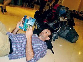 Американец Энди Трэвис спешил в Россию. Но вынужден коротать время на полу бангкокского отеля.