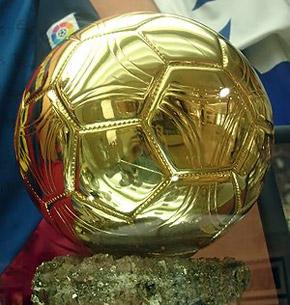 К многочисленным трофеям Роналдо добавится самый престижный в мире - «Золотой мяч»...