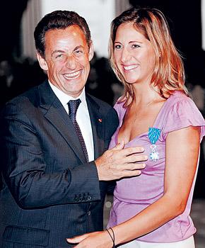 Президент Франции чествует яхтсменку Фонтиньи, грудью проложившую дорогу к медалям Олимпиады.
