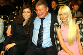 Червоненко в цветнике: дочь Саша (слева) и супруга Нина.
