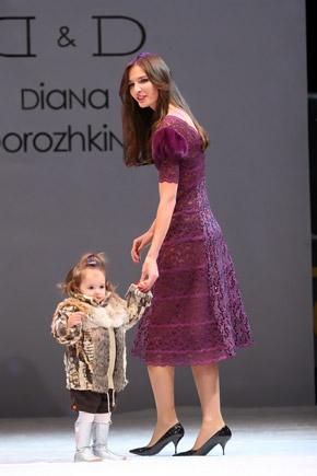 Модель Маша Жулай дала первый урок дефиле дочери Маргарите.