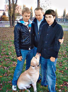 Нестор Шуфрич со своими сыновьями Александром (слева) и Нестором-младшим на прогулке с любимым Добби.