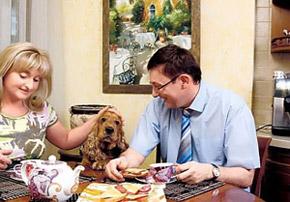 За семейным столом Конти занимает самое почетное место между супругами Ириной и Юрием Луценко.