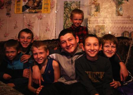 Дима (сверху), Саша, Кирилл, Игорь, Федя, Леша, Полина (крайняя справа) и Ира (нет на снимке) ждут, когда папу отпустят домой.