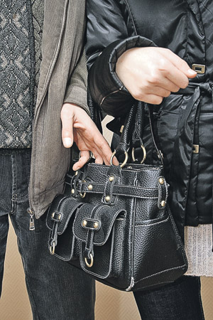 Один встает так, что жертва оказывается зажатой. В этот момент к пассажиру прижимается вор… Теперь ему ничто не мешает запустить в чужой карман или сумку два пальчика.