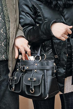 Легкое движение руки, и кошелек пассажира выплывает из сумочки.