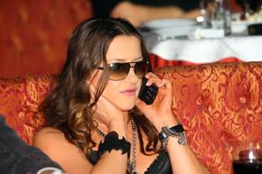 Неизвестные звонят и пишут Наташе на мобильник.