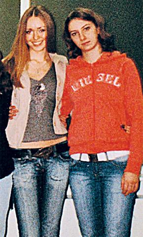 Ксения (на фото слева) с подругой на традиционной встрече выпускников в родной школе.