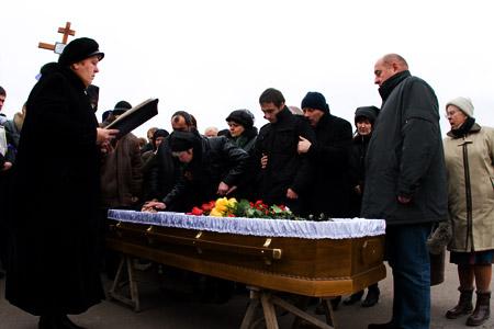 Лариса Александровна прикасается рукой к погибшему сыну, справа - сын Павел, его обнял за плечи их отец Вагиф. Крайний справа - президент ФК «Днепр» Андрей Стеценко.