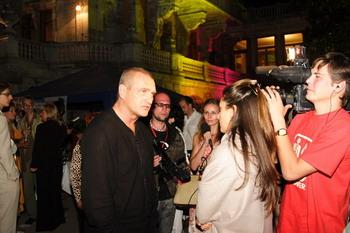 Александр Балуев приехал на церемонию прямо со съемок фильма «Наследники». Судя по гриму о том, что ему достанется «Яблоко» актер знал.