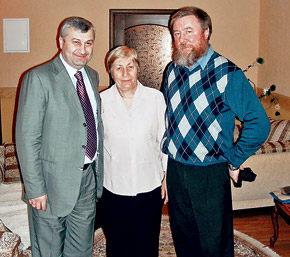 Эдуард Кокойты, его мама и наш корреспондент запечатлелись на память.