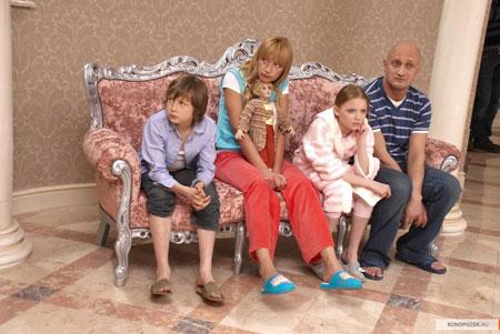 Кадр из фильма: семейство Голубевых в отчаянии – их поменяли телами.