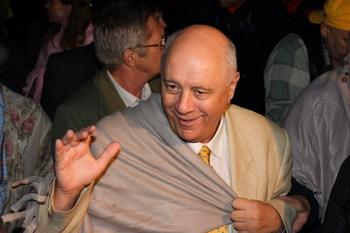 Член жюри Аркадий Инин кутался в плед.